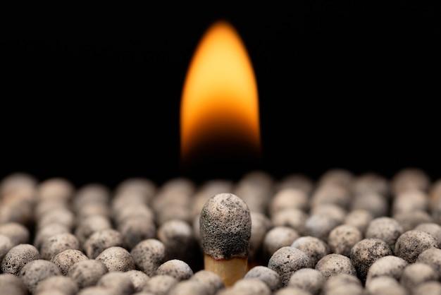 Gros match brûlant entre d'autres brûleurs et éteindre des allumettes