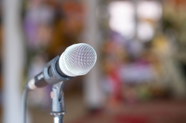 Gros microphone isolé sur fond flou.