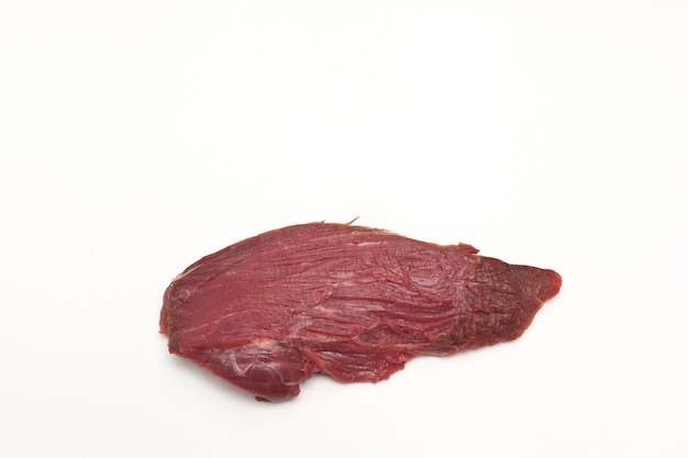 Gros morceau de viande crue de filet de boeuf isolé