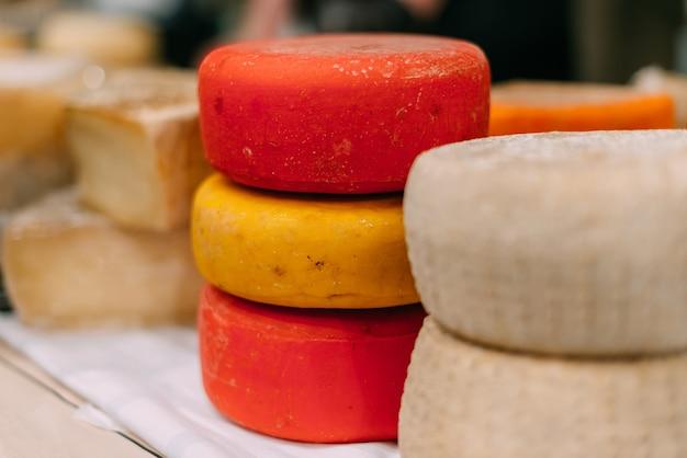 Gros morceaux de fromages faits à la main sur le comptoir.