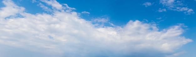 Gros nuage blanc dans le ciel bleu, panorama