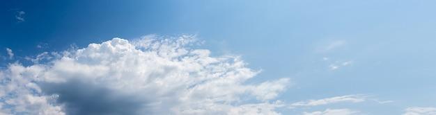 Gros nuage blanc dans le ciel bleu par temps ensoleillé, panorama