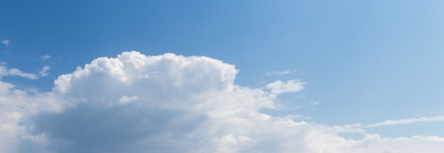Gros nuage blanc dans le ciel bleu par temps ensoleillé