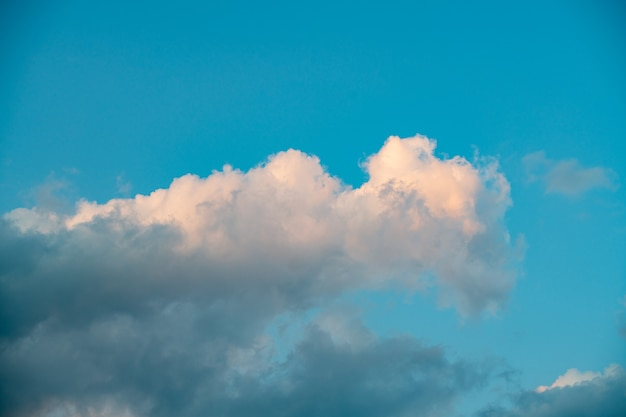 Gros nuage dans le ciel avant le coucher du soleil, image d'arrière-plan