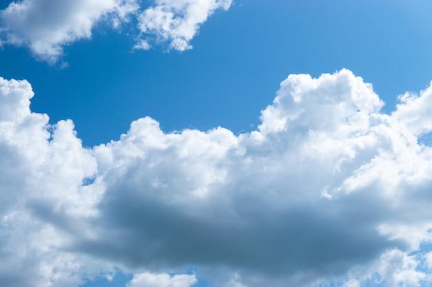 Gros nuages duveteux dans le ciel bleu.