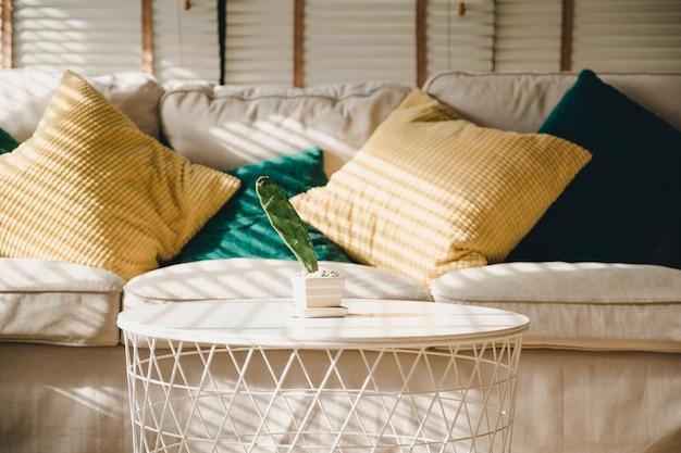 Gros oreiller sur le canapé à la maison le matin