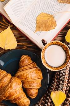 Gros pains et lait près livre et feuilles