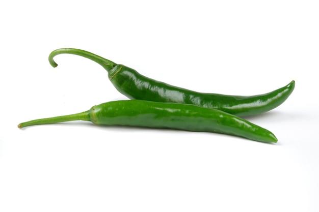 Gros piment vert isolé sur fond blanc
