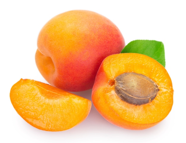 Gros plan abricot frais isolé