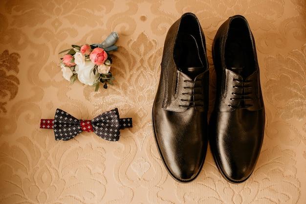 Gros plan d'accessoires de marié modernes