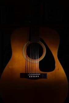 Gros plan, acoustique, guitare, noir, fond, lumière, ombres