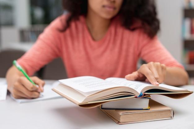 Gros plan, adolescent, girl, bibliothèque, étudier