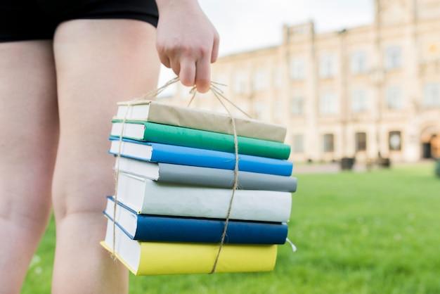 Gros plan d'une adolescente tenant des livres