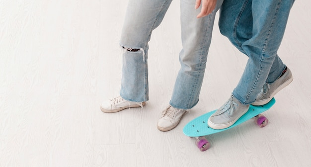 Gros plan des adolescents avec planche à roulettes