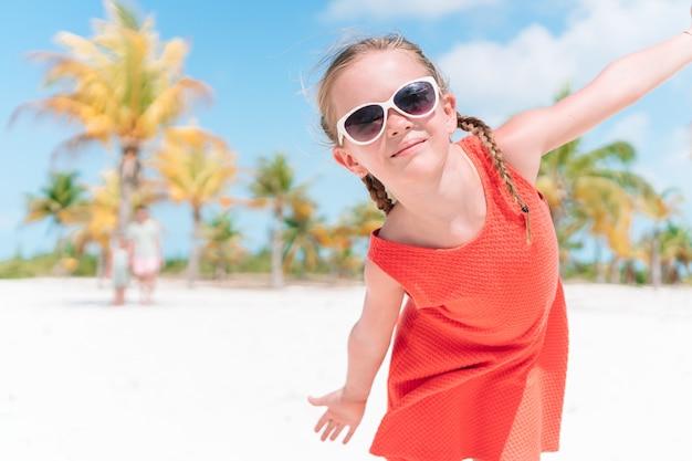 Gros plan d'une adorable petite fille pendant les vacances à la plage, s'amuser