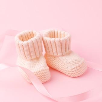 Gros plan d'adorables chaussettes tricotées
