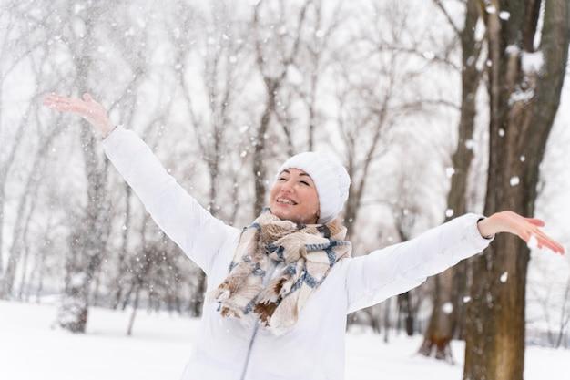 Gros plan sur un adulte heureux jouant dans la neige