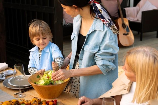 Gros plan sur les adultes et les enfants à l'extérieur