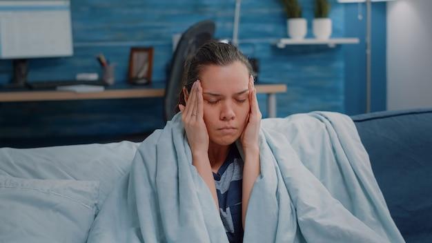 Gros plan d'adultes malades se frottant les temples contre les maux de tête