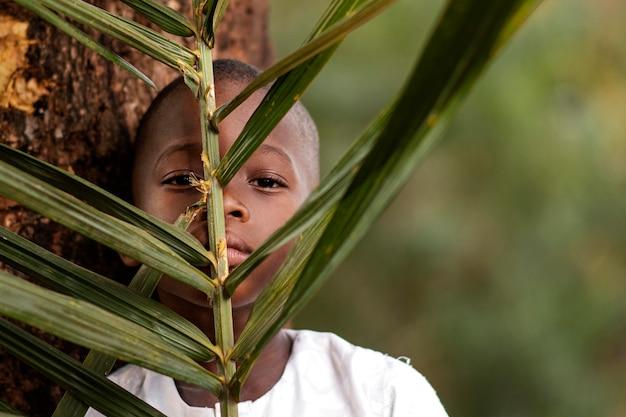 Gros plan, afrique, gosse, tenue, feuilles