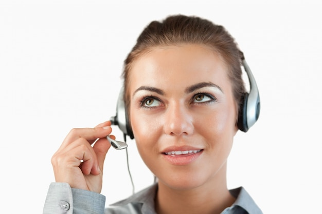Gros plan de l'agent du centre d'appel féminin écoute attentivement