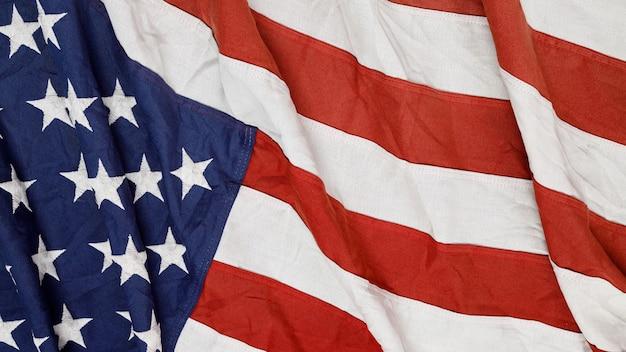 Gros plan d'agitant le drapeau américain national usa.