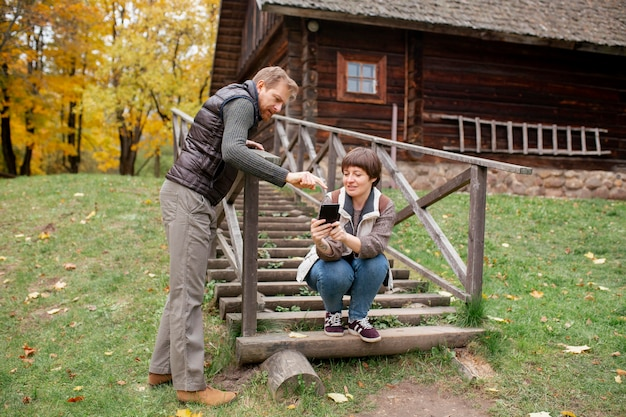 Gros plan sur un agriculteur à l'aide d'un appareil numérique
