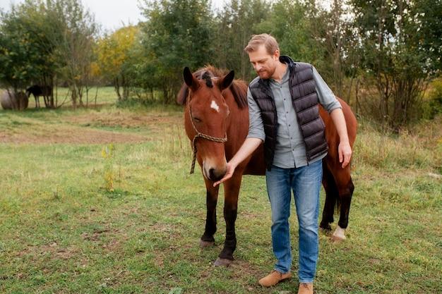 Gros plan sur agriculteur avec beau cheval