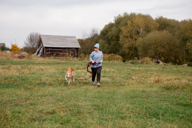 Gros plan sur un agriculteur passant du temps avec un chien