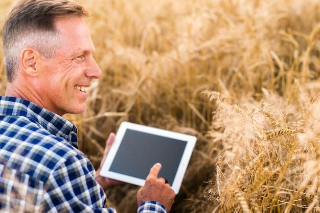 Gros plan agronome avec une maquette de tablette