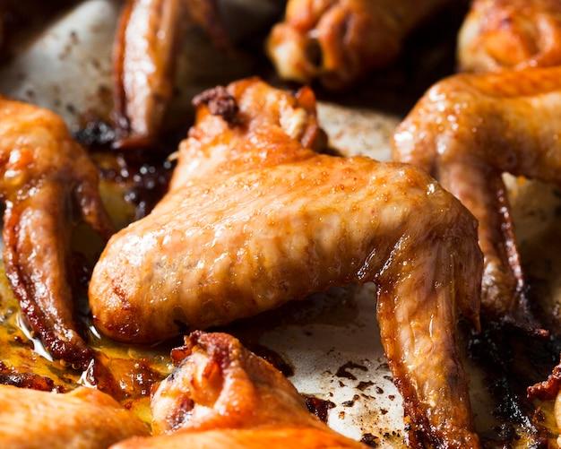 Gros plan des ailes de poulet dans le bac