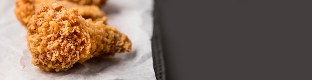Gros plan des ailes de poulet frit avec espace copie