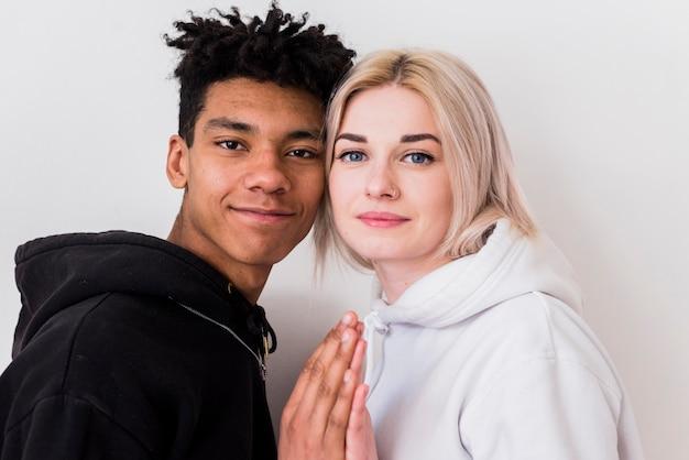 Gros plan, aimer, jeune couple, interracial, regarder caméra