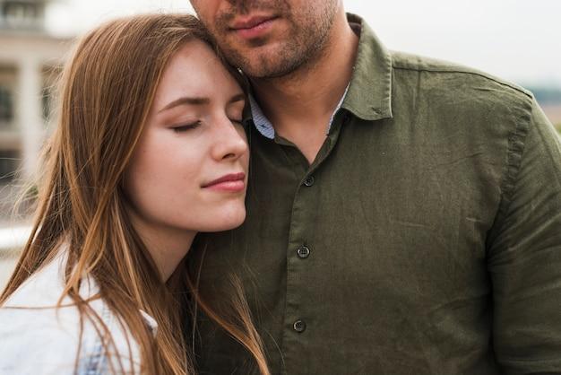 Gros plan d'aimer le jeune couple avec les yeux fermés