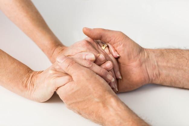 Gros plan, aînés, mains ensemble