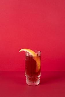 Gros plan sur les aliments cocktails dans un grand verre