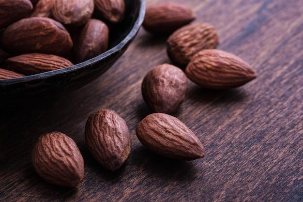 Gros plan d'amandes crues aux noix