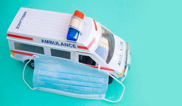 Gros plan de l'ambulance jouet sur fond bleu.