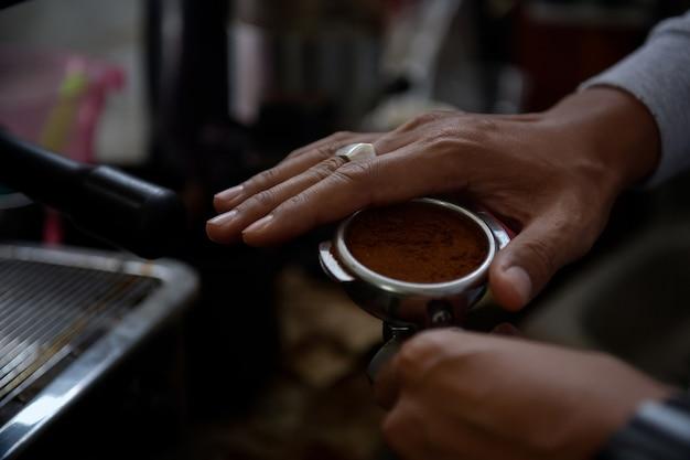 Gros plan d'americano versant de la machine à café. infusion de café professionnelle