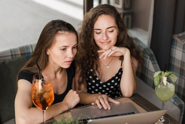 Gros plan, de, amies, utilisation, ordinateur portable
