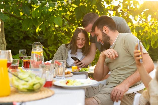 Gros plan des amis assis à table avec de la nourriture