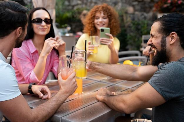 Gros plan des amis assis à table