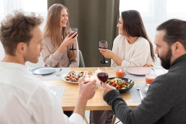 Gros plan d'amis discutant à table