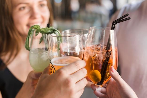Gros plan, de, amis, griller, verres, de, cocktail
