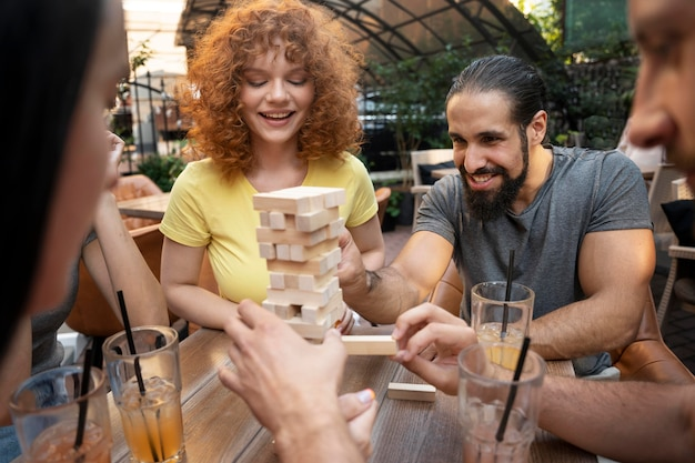 Gros plan d'amis jouant au jeu à table