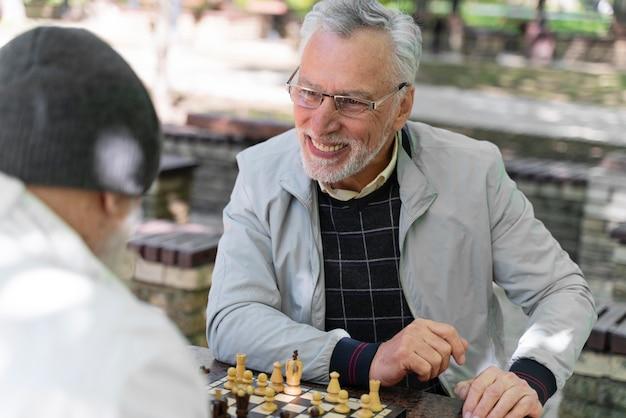 Gros plan d'amis jouant aux échecs