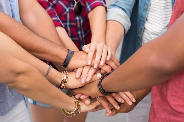 Gros plan d'amis avec leurs mains empilées