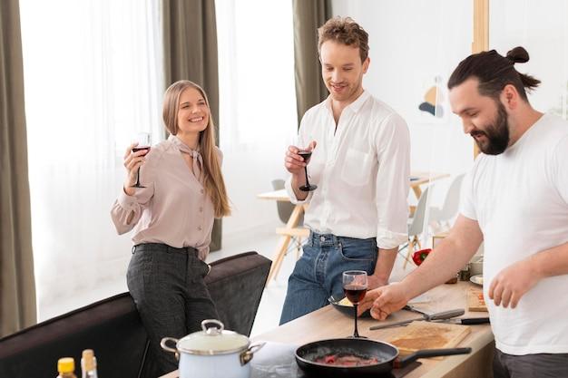 Gros plan des amis mangeant ensemble