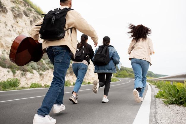 Gros plan des amis marchant ensemble