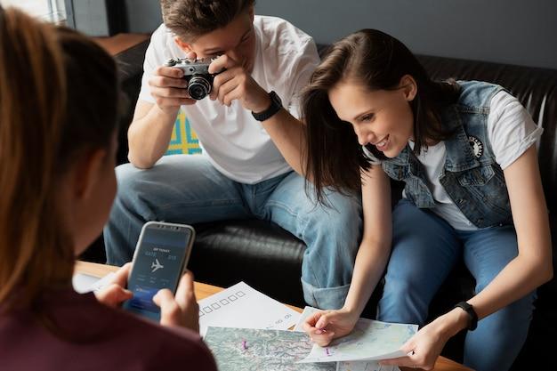 Gros plan d'amis planifiant un voyage avec carte
